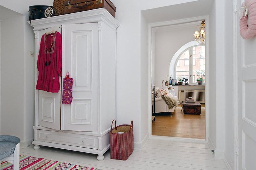 Белый шкаф в прихожей скандинавского стиля