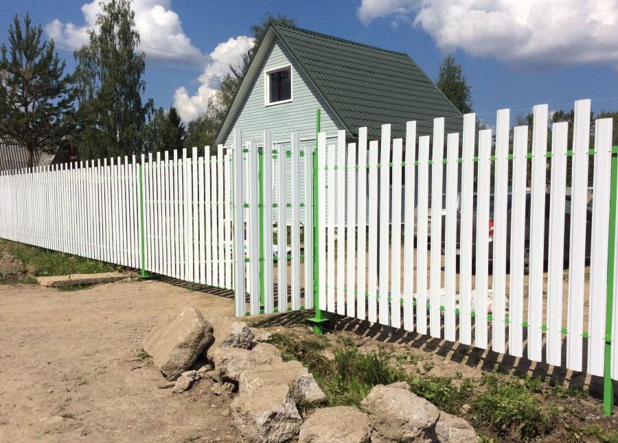 Белый забор из оцинкованного штакетника