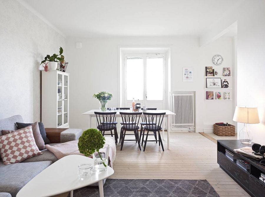 Светлая комната с белыми стенами в стиле сканди