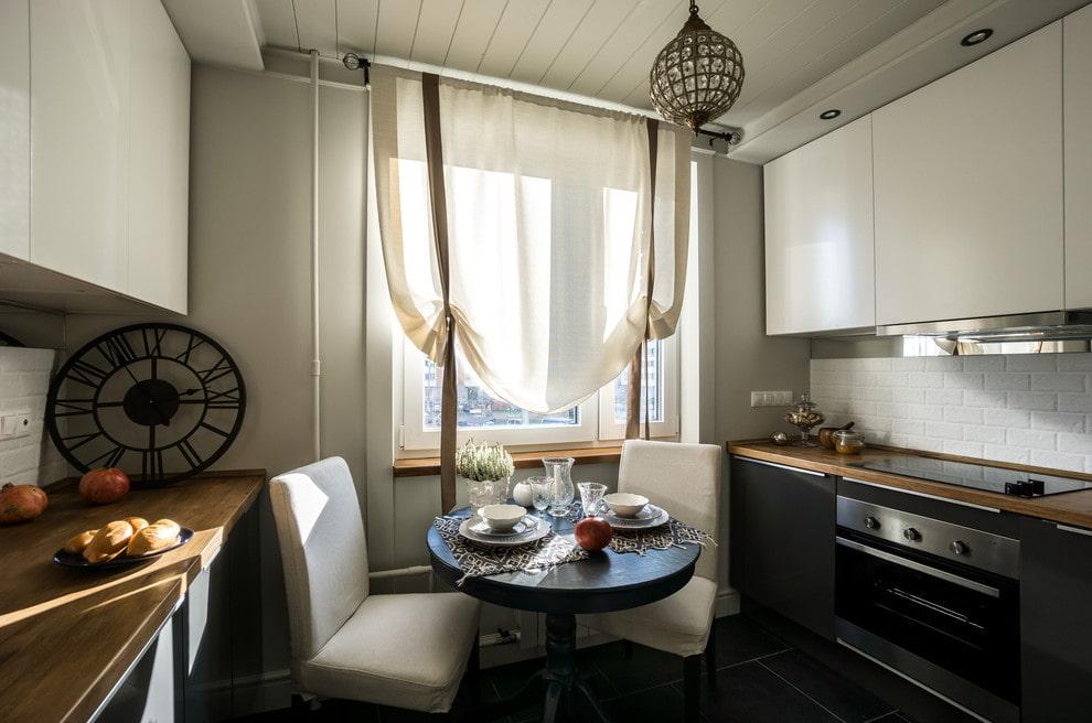 Короткие бежевые шторы в интерьере кухни