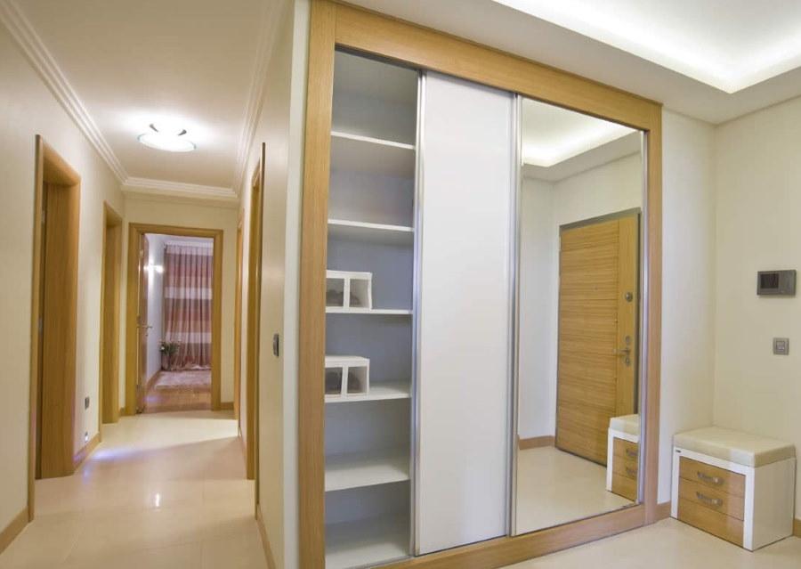 Встроенный шкаф купейного типа в просторной прихожей