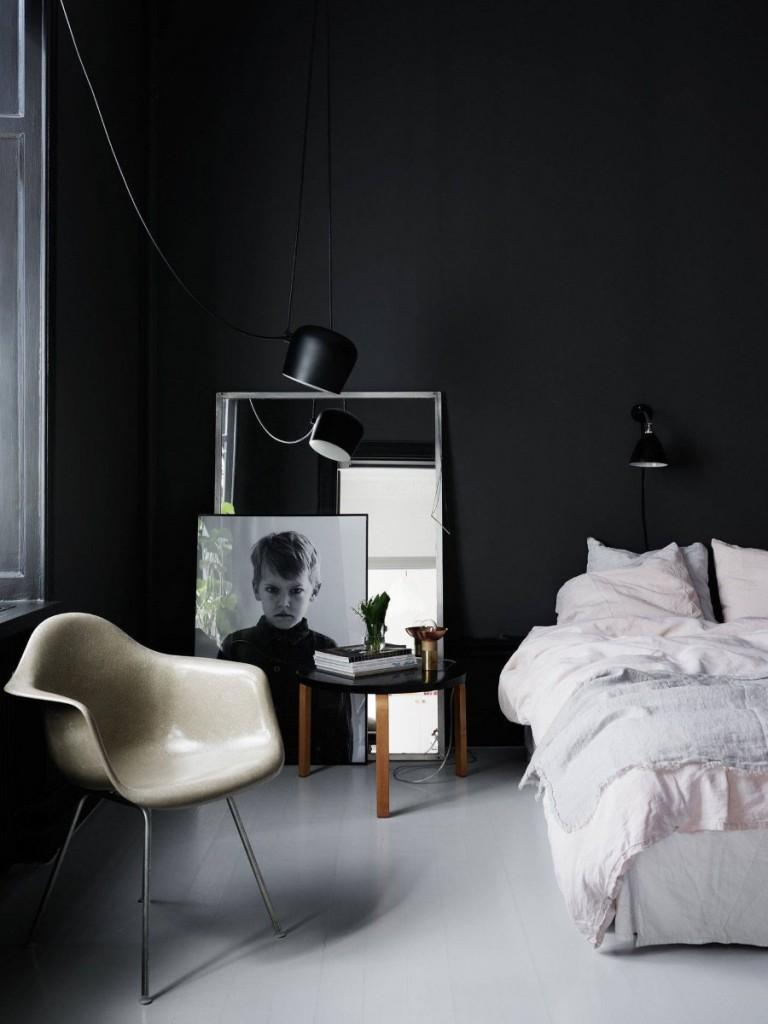 Портрет мальчика около черной стены в спальне