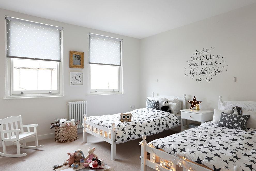Черные звездочки на белом одеяле в детской