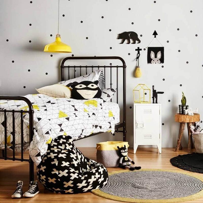 Желтый светильник в детской с черной кроватью