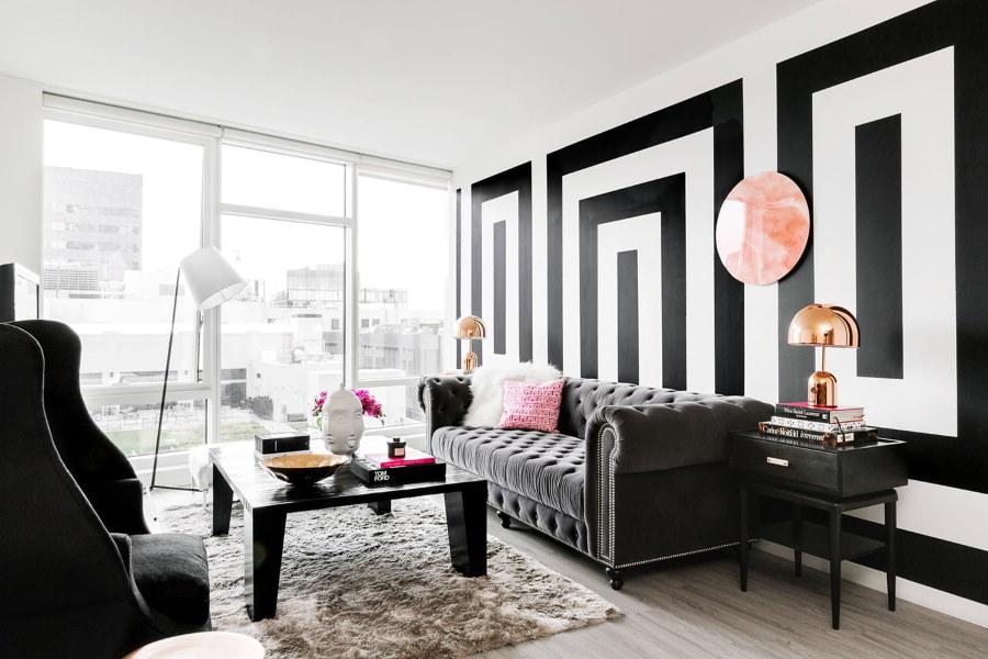 Черно-белые узоры на стене гостиной комнаты
