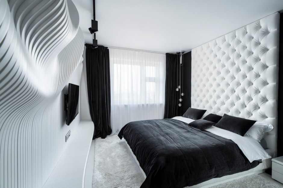 Черные шторы в спальне с белой отделкой