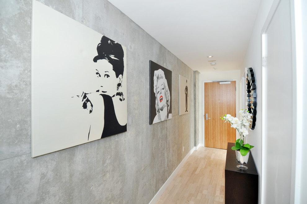 Черно-белые картины в прихожей с серыми стенами