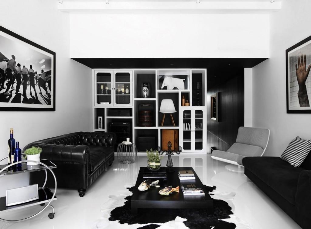 Черный диван в зале с белым полом