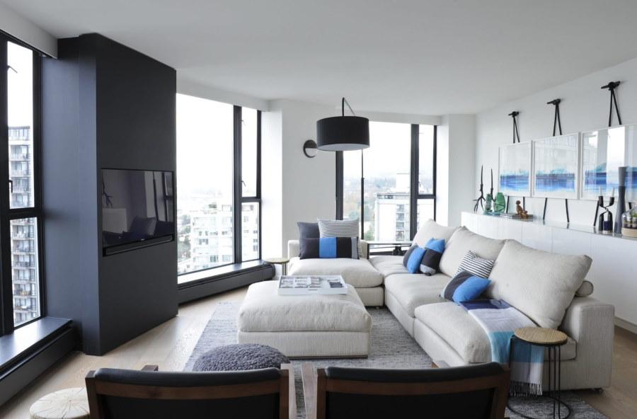 Белый угловой диван в зале современной квартиры