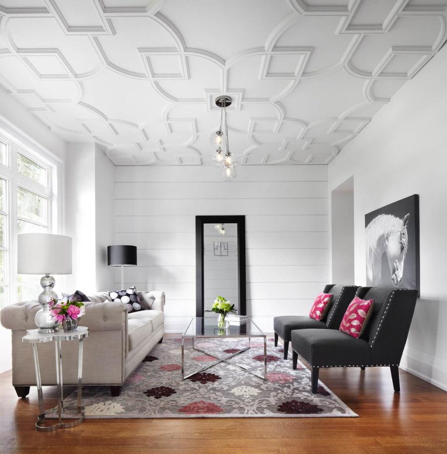 Черные кресла в гостиной с белыми стенами