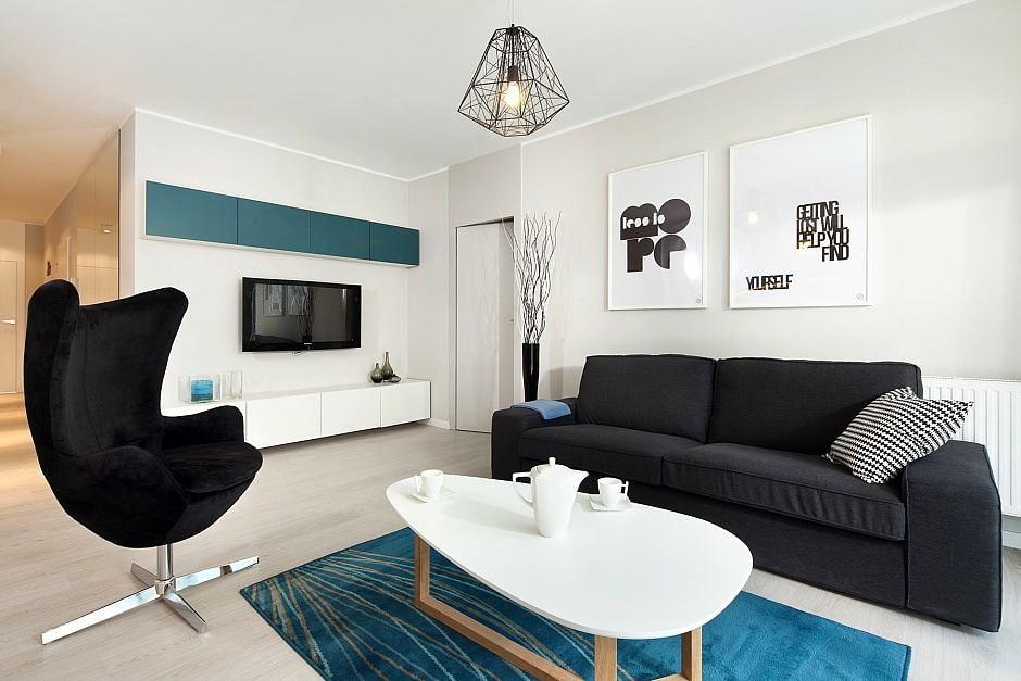 Мебель в гостиной с черно-белым интерьером