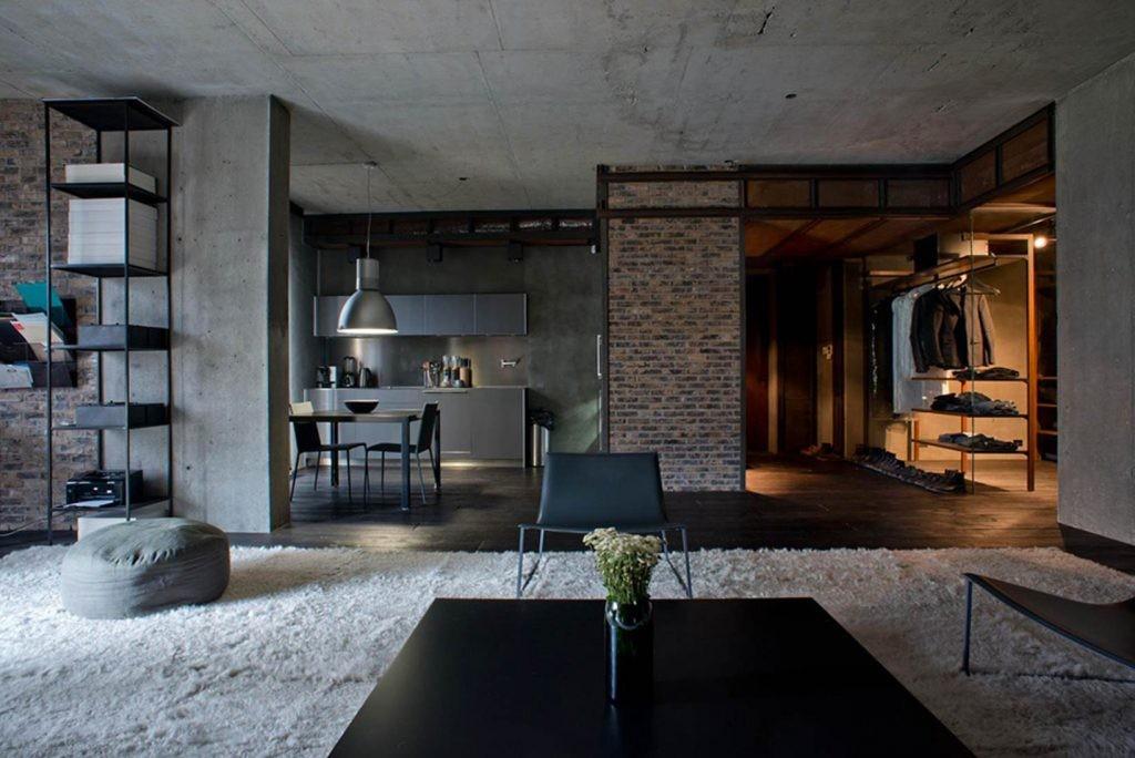 Бетонный потолок серого цвета в просторной комнате