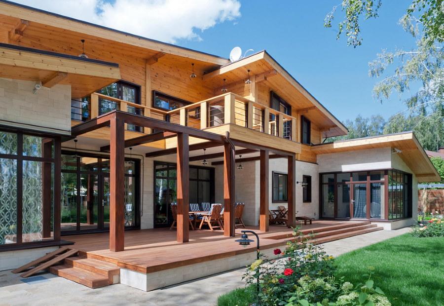 Открытая терраса двухэтажного дома с балконом
