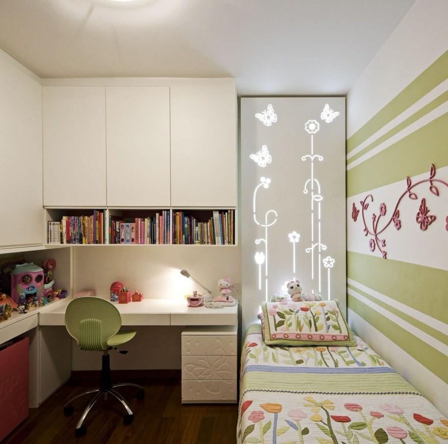 Белые шкафы в детской комнате без окна
