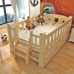 детская кровать из массива дерева декор