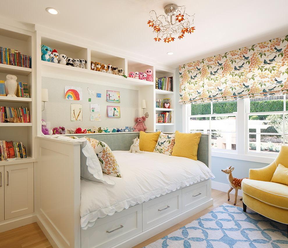 Широкая кровать в небольшой комнате девочки