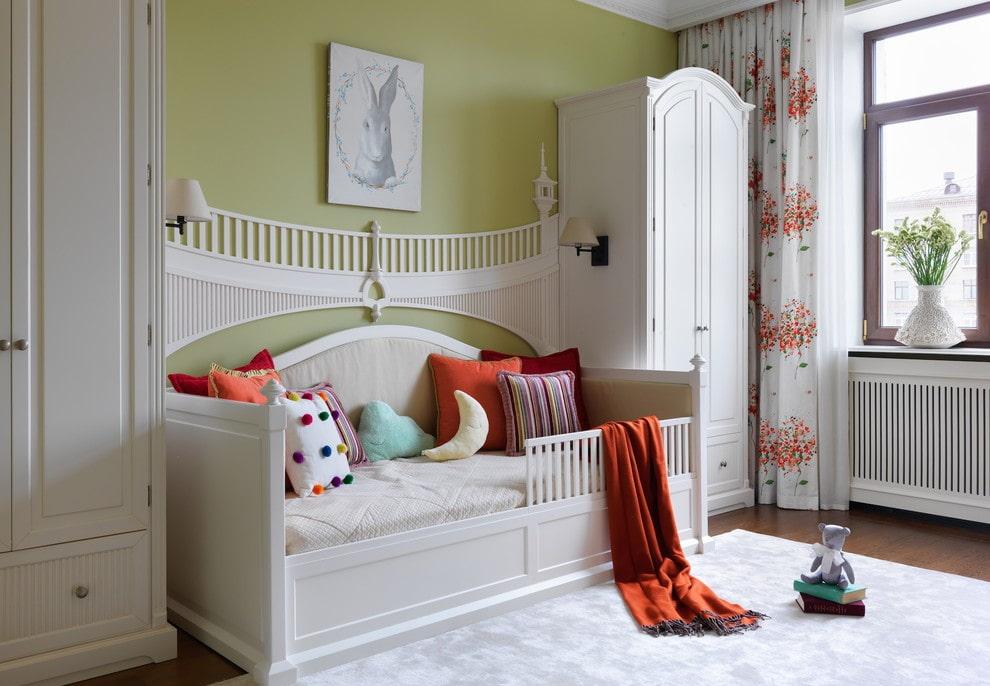 необычная детская кровать с бортиками из пластика