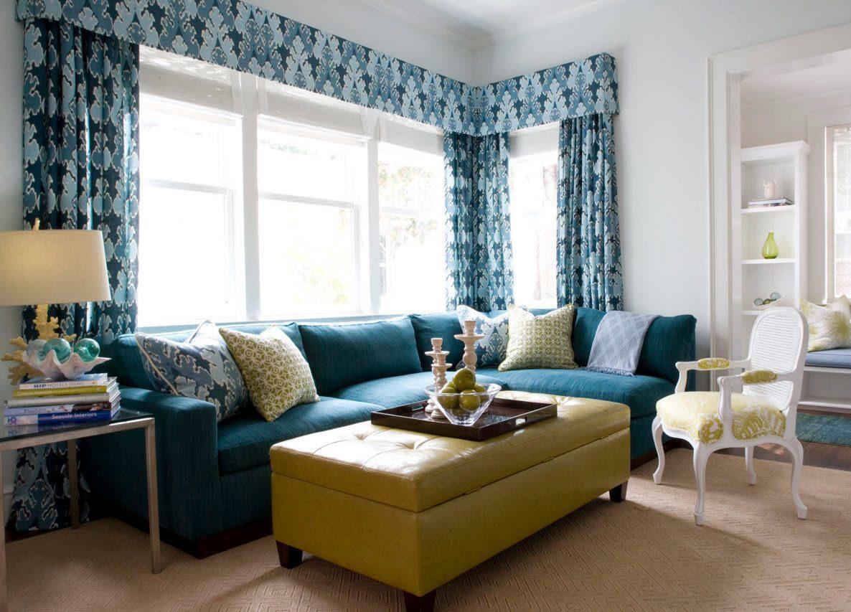 диван у окна в гостиной