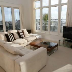 диван у окна в гостиной идеи дизайна