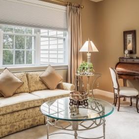 диван у окна в гостиной декор