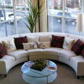 диван у окна в гостиной декор фото
