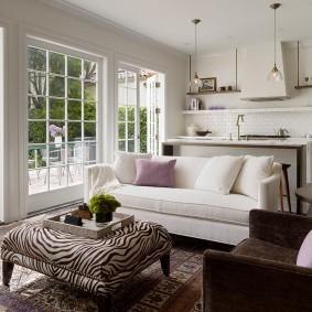 диван у окна в гостиной фото декор