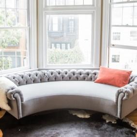 диван у окна в гостиной декор идеи