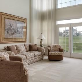 диван у окна в гостиной идеи декор