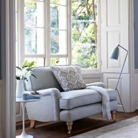 диван у окна в гостиной идеи декора