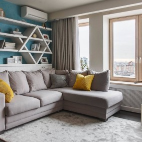 диван у окна в гостиной интерьер фото