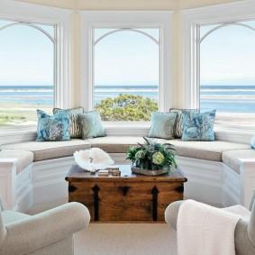диван у окна в гостиной идеи