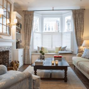 диван у окна в гостиной идеи дизайн