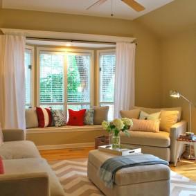 диван у окна в гостиной интерьер идеи