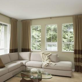 диван у окна в гостиной идеи интерьер