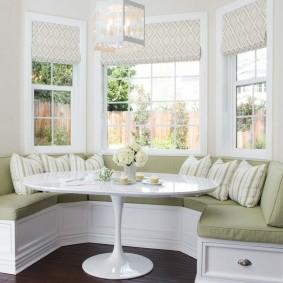 диван у окна в гостиной идеи интерьера