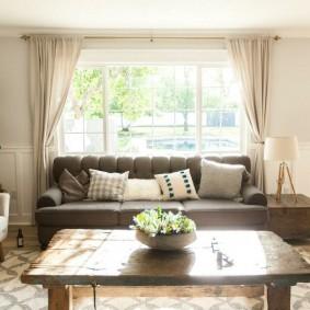 диван у окна в гостиной оформление