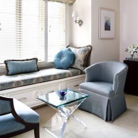 диван у окна в гостиной оформление фото