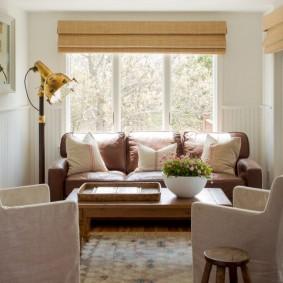 диван у окна в гостиной фото оформление
