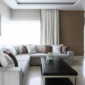 диван у окна в гостиной фото оформления