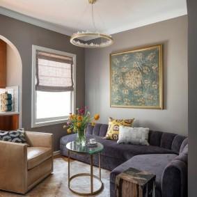 диван у окна в гостиной варианты