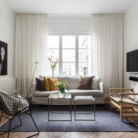 диван у окна в гостиной варианты фото