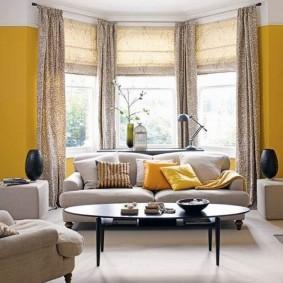 диван у окна в гостиной фото вариантов