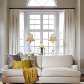 диван у окна в гостиной идеи варианты