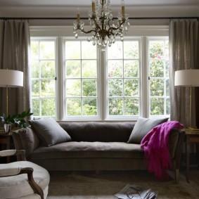 диван у окна в гостиной идеи вариантов