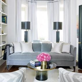 диван у окна в гостиной виды