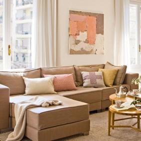 диван у окна в гостиной виды фото