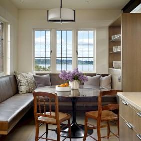 диван у окна в гостиной фото идеи