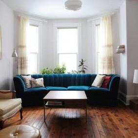 диван у окна в гостиной фото видов
