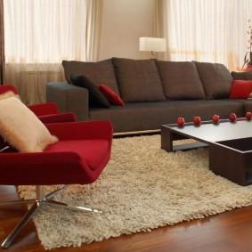 диван у окна в гостиной виды идеи
