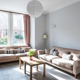 диван у окна в гостиной обзор